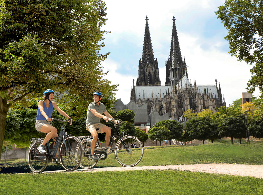 Two cyclists in front of Basilica in Cologne